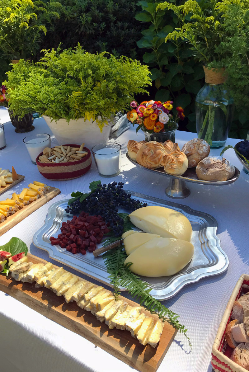 Aperitivos variados y quesos gallegos en catering para bodas Galicia