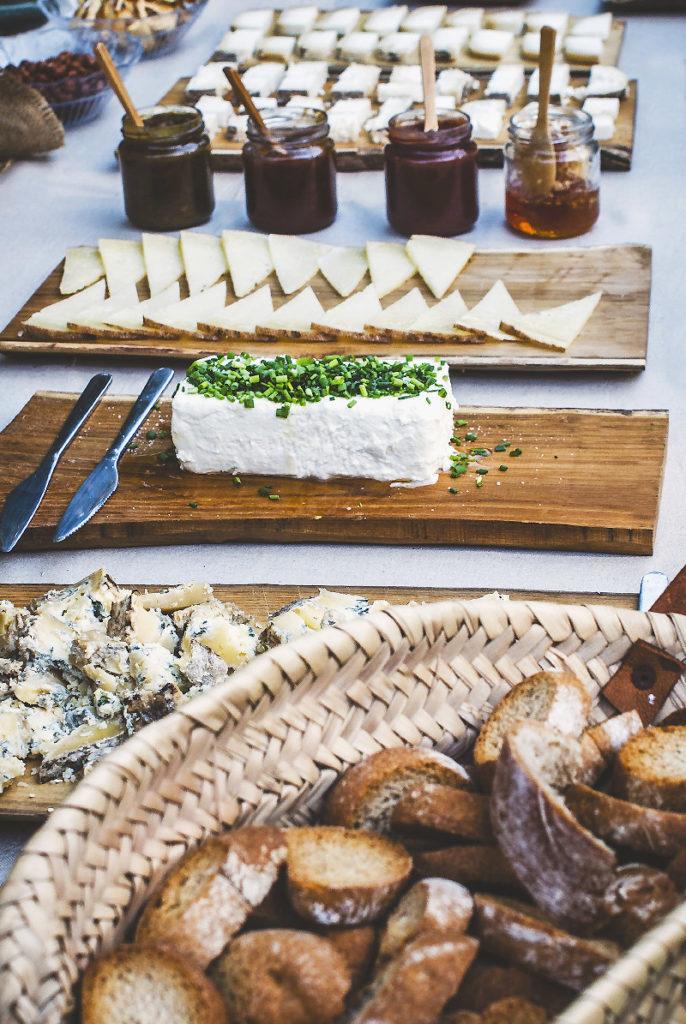 Mesa de quesos para picar en reuniones y comidas de empresa